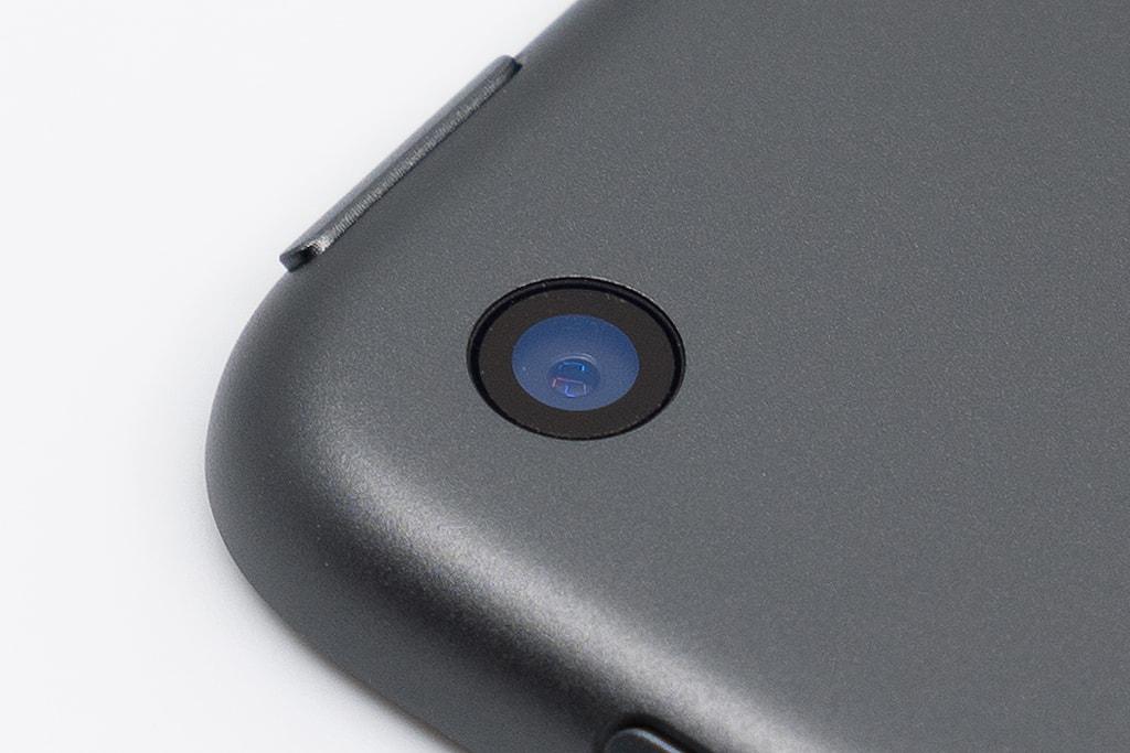 「iPad mini 5」のカメラレンズに「ASDEC ノングレア画面保護フィルム3」のカメラレンズ用保護フィルムを貼り付けた後