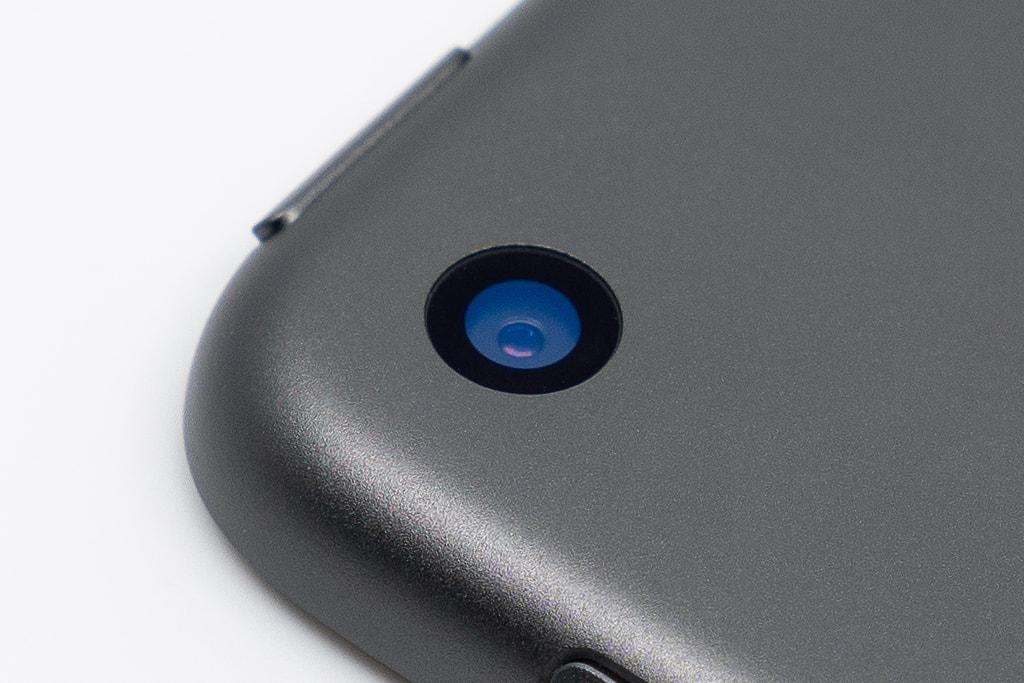 「iPad mini 5」のカメラレンズに「ASDEC ノングレア画面保護フィルム3」のカメラレンズ用保護フィルムを貼り付ける前