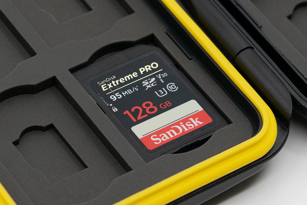 Deyard 防水SDメモリーカードケースのスロットにSDカードを入れた状態