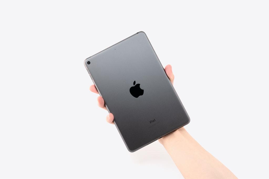 「iPad mini 5」を片手で持った状態