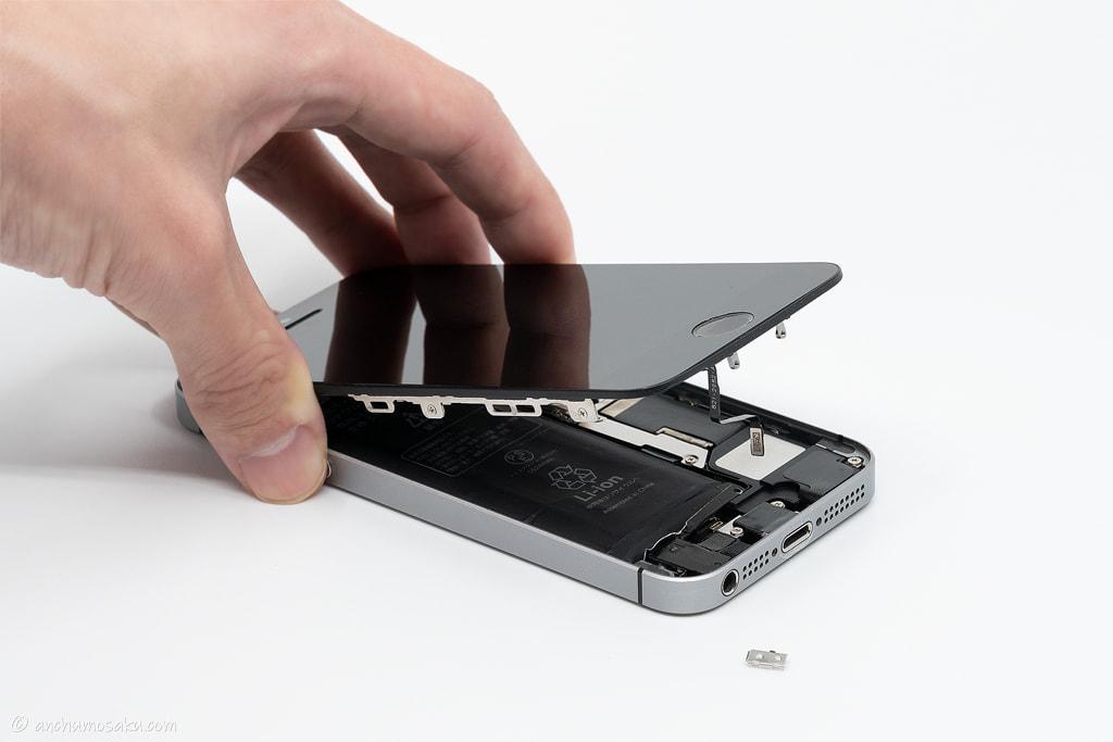 iPhone SE バッテリー交換手順: ホームボタンケーブルを取り外した状態