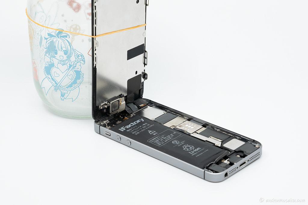 iPhone SE バッテリー交換手順: 液晶パネルを90度の状態で固定する