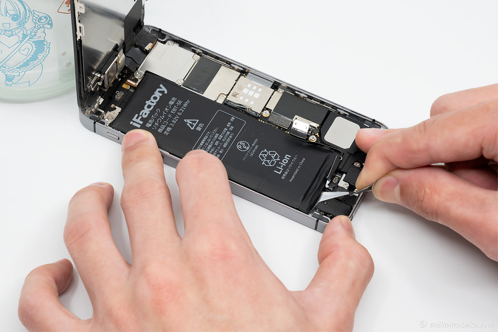 iPhone SE バッテリー交換手順: できるだけ角度を付けずに両面テープを引っ張り抜き取る