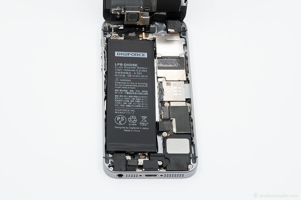 iPhone SE バッテリー交換手順: 新しいバッテリーのバッテリーコネクタを本体に仮接続