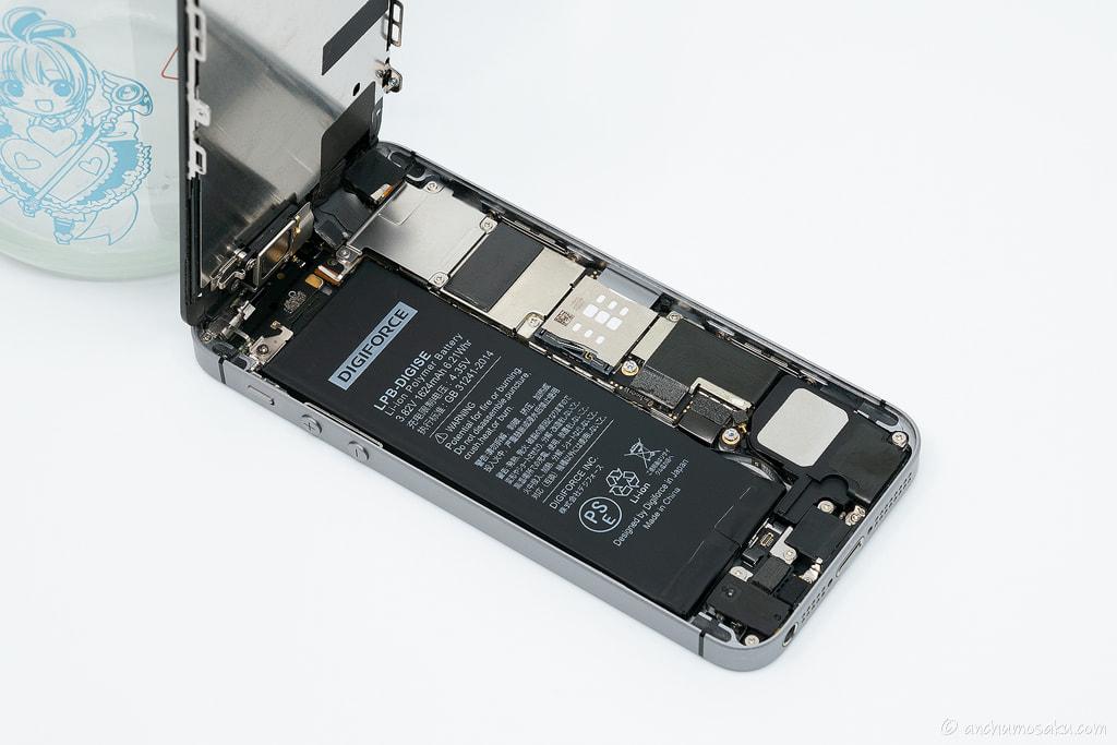 iPhone SE バッテリー交換手順: 再度バッテリーコネクタを接続した後、iPhone本体にバッテリーを両面テープで接着し固定する