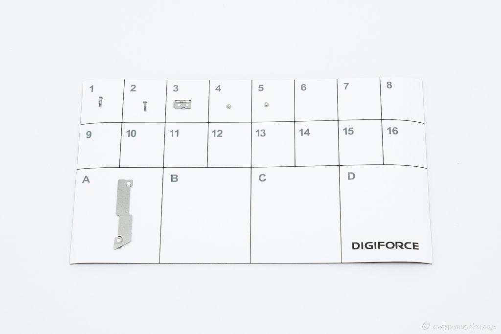 iPhone SE バッテリー交換手順: ネジ及びプレートの取り外し状況
